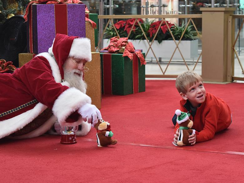 4c1a0120be GOOD NEWS LOOK  These Photos of a Mall Santa   an Autistic Boy Are Going  Viral